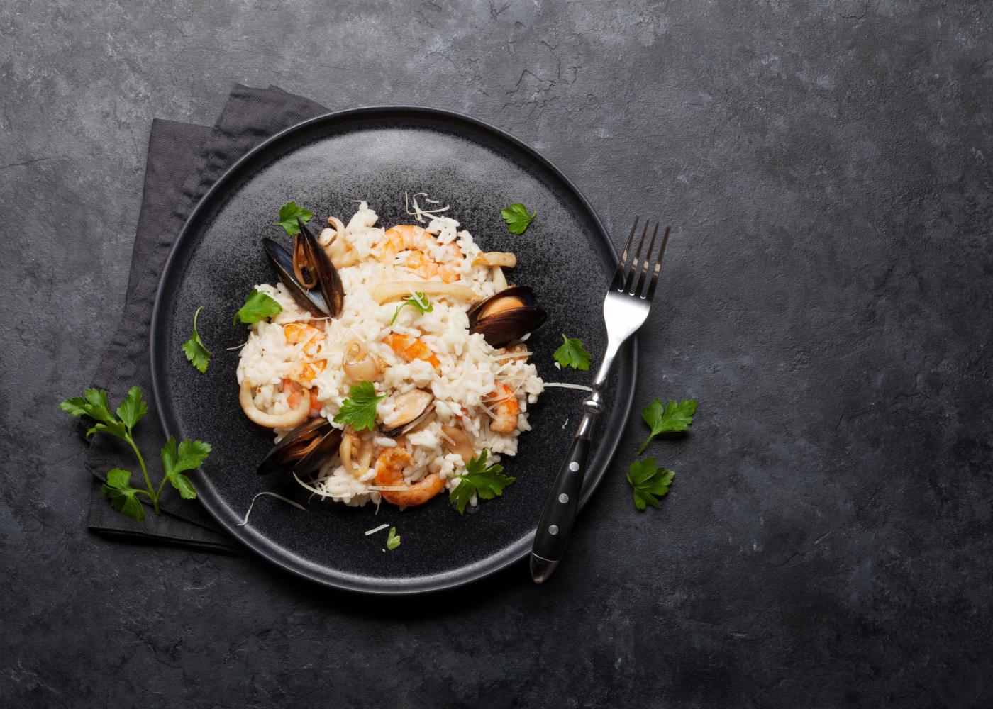 risotto de frutos do mar em fundo cinza
