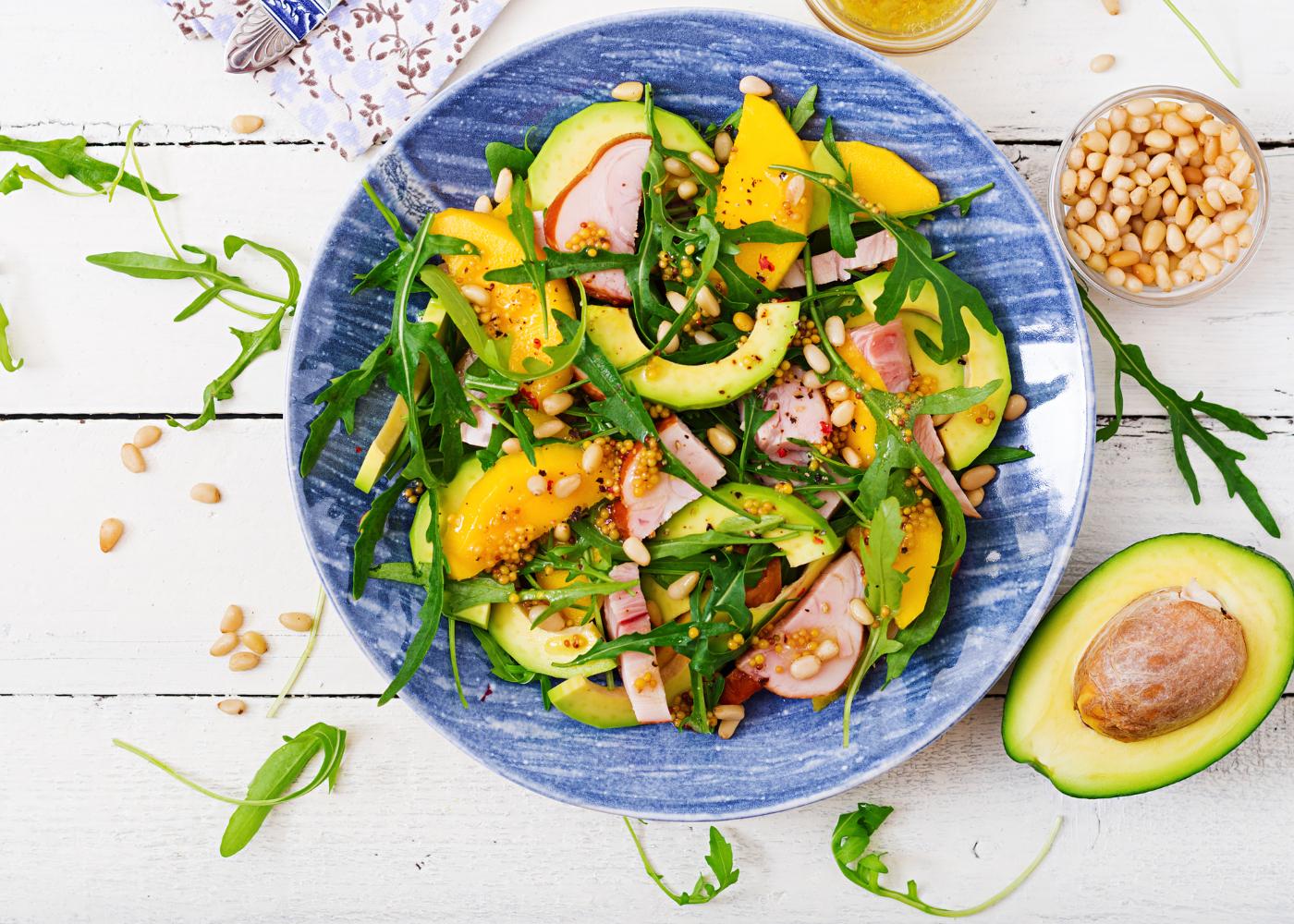salada de abacate com rúcula e manga