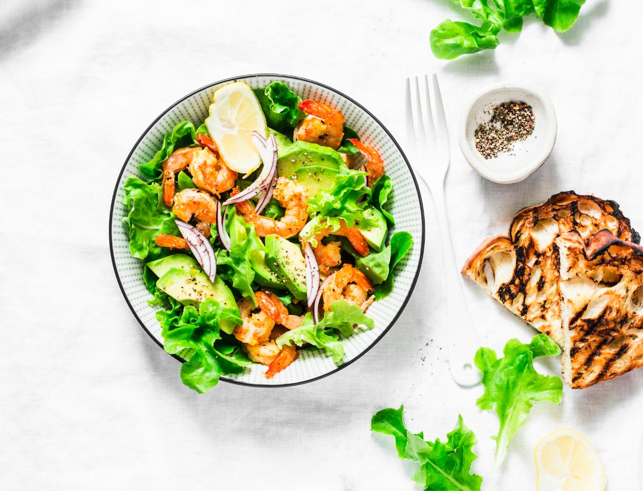 salada de abacate e camarão