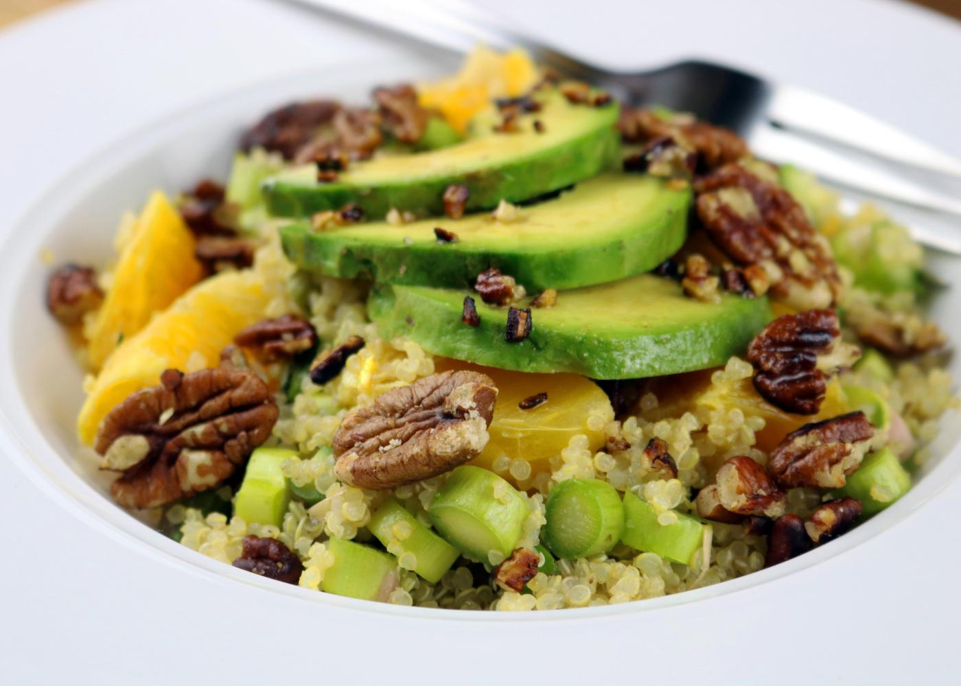 salada de quinoa, abacate e laranja