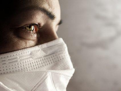 Sintomas da COVID-19: mulher com máscara