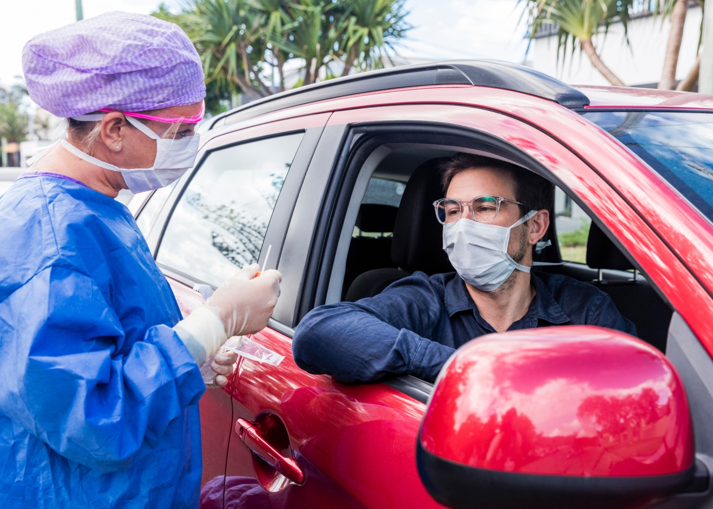 teste de diagnóstico COVID-19: homem a fazer teste num drive thru