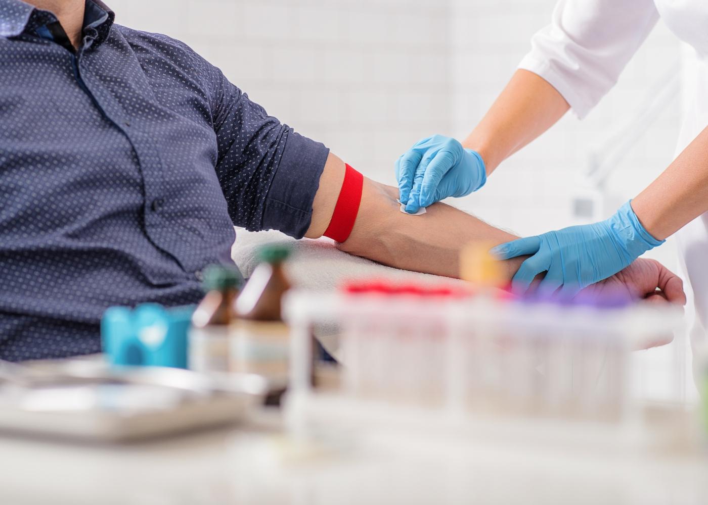 Testes de imunidade: homem a fazer análises ao sangue