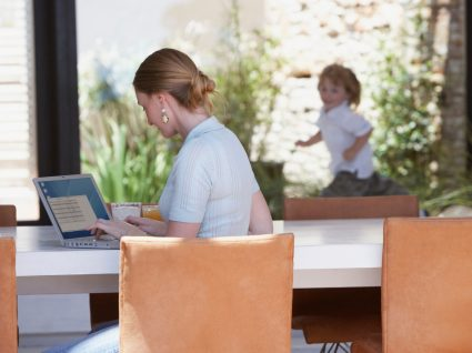 Como trabalhar com filhos em casa: mãe no computador