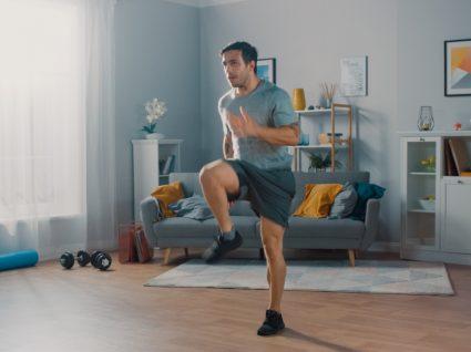 Treino produtivo: homem a fazer exercício físico de alta intensidade em casa