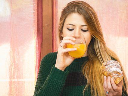 Alimentação na adolescência: adolescente a lanchar