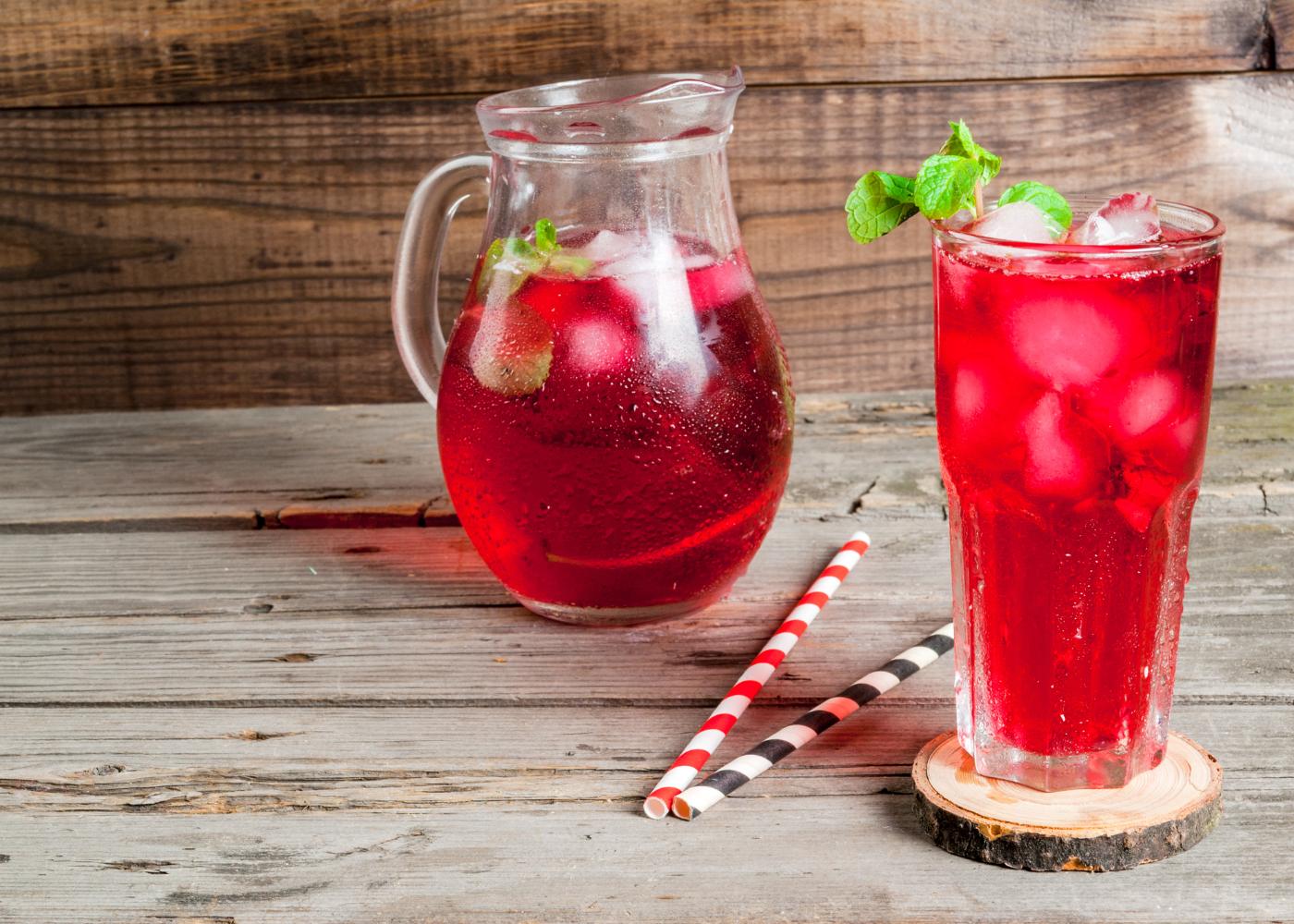 água aromatizada com frutos vermelhos