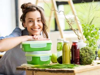 Alimentação em tempos de pandemia: mulher a organizar marmitas para a semana de trabalho