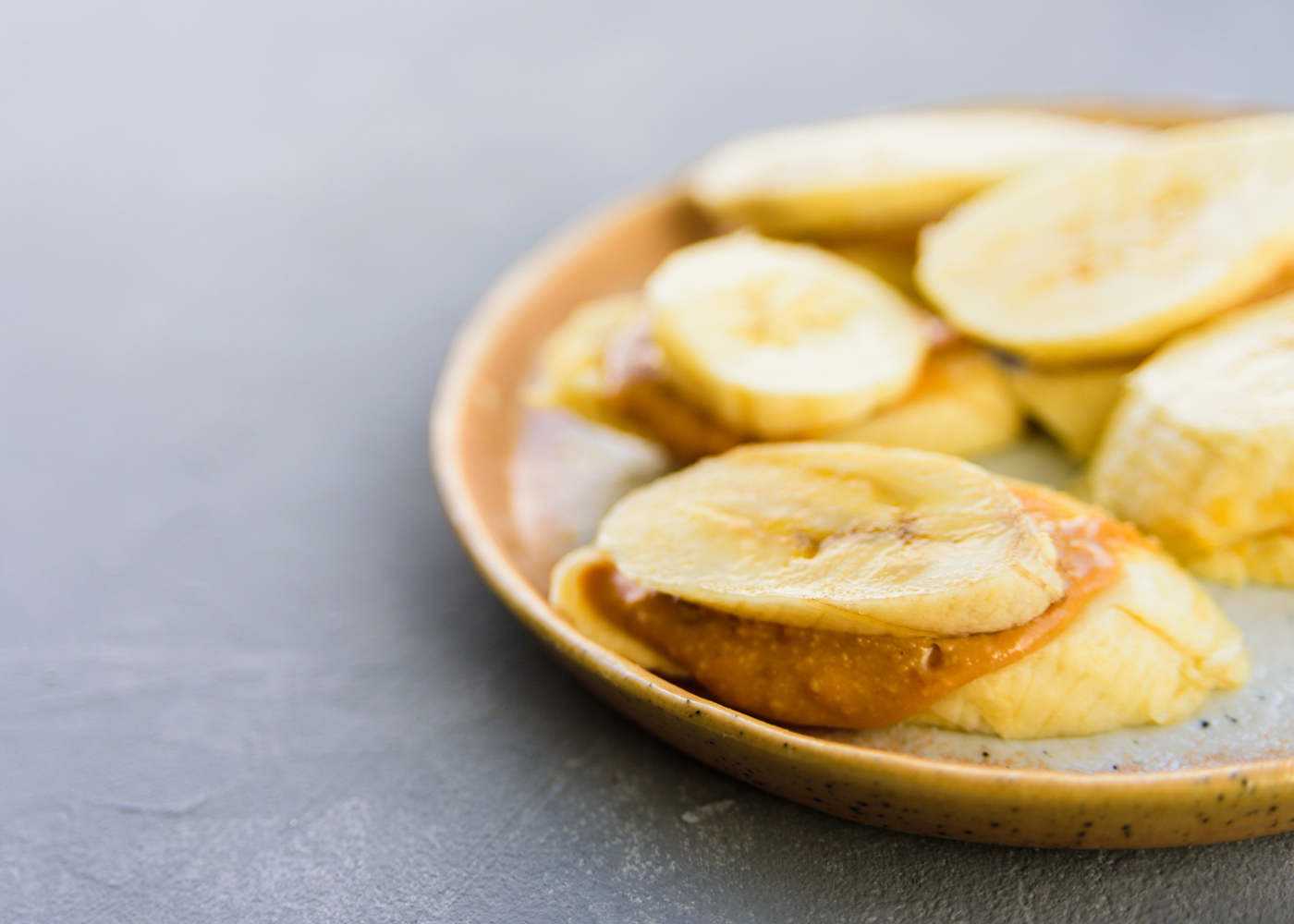rodelas de banana com manteiga de amendoim