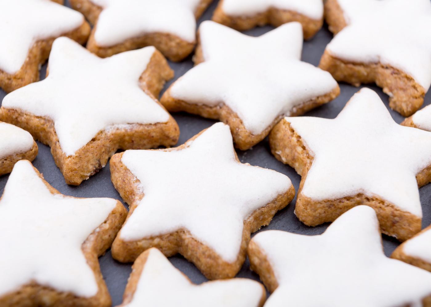 bolachas de manteiga de natal com açúcar glacé em formato estrela