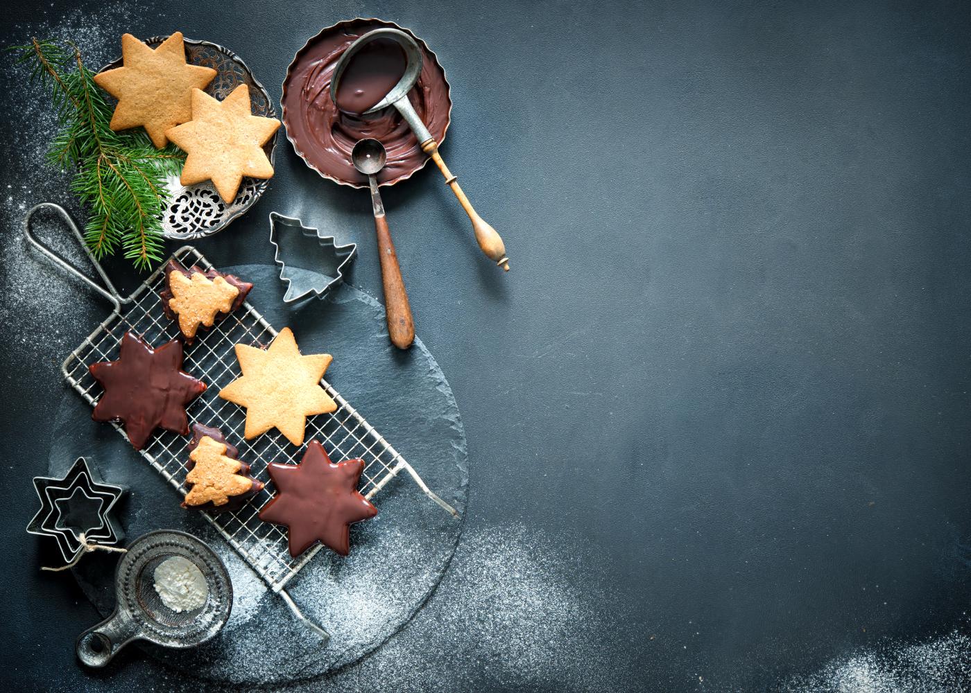 bolachas de vários formatos com cobertura de chocolate