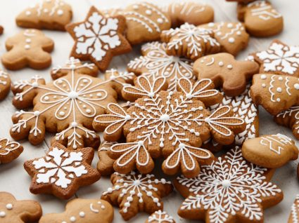 bolachas de natal com vários formatos decoradas