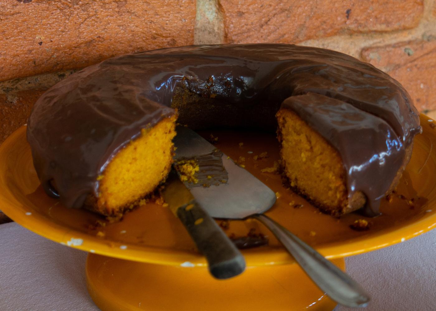 Sobremesas para intolerantes à lactose: bolo de cenoura com cobertura de chocolate