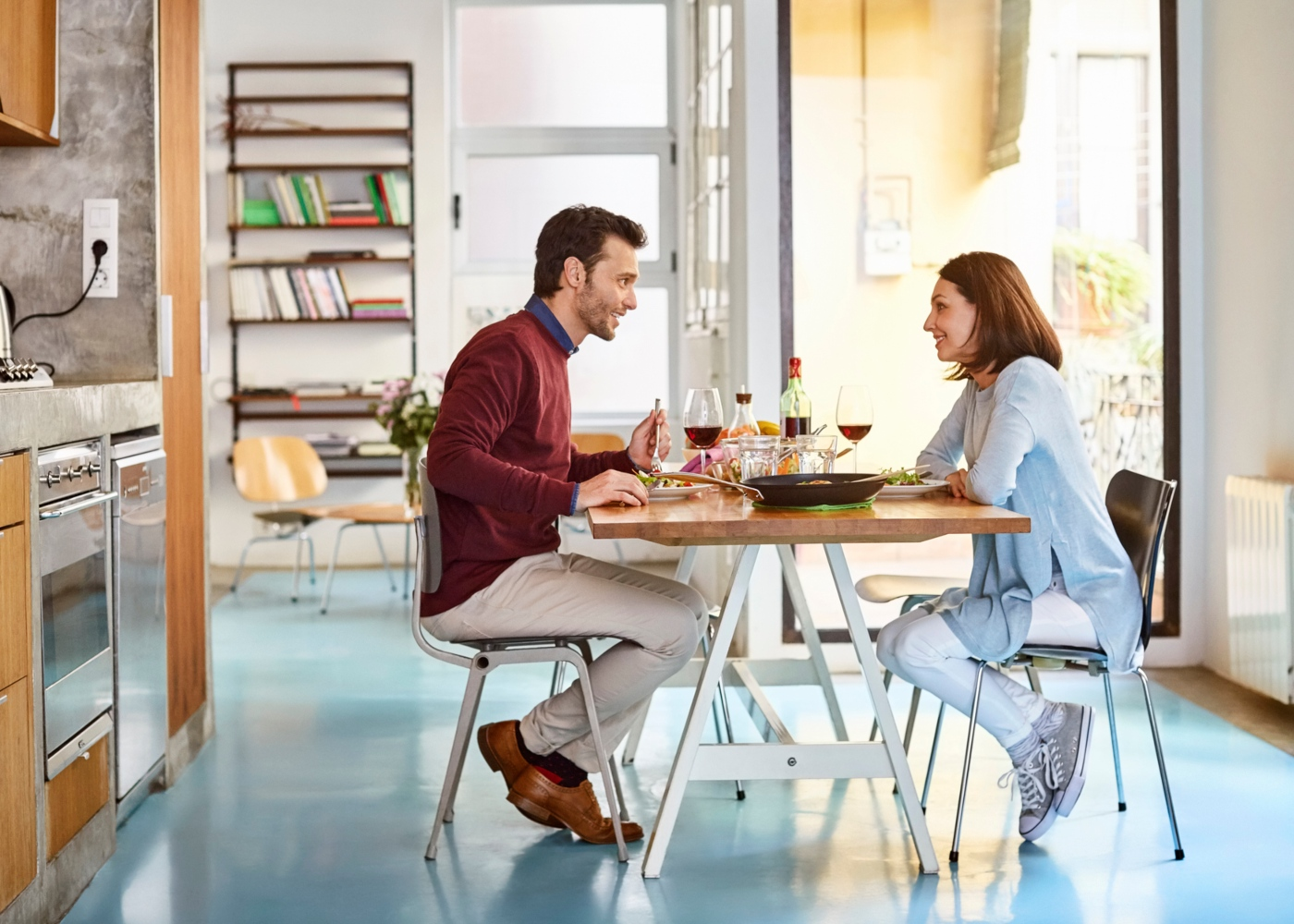 Casal a almoçar em casa