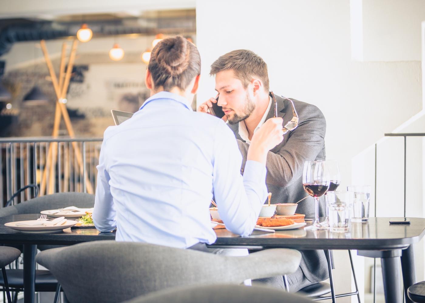 Casal a almoçar num restaurante