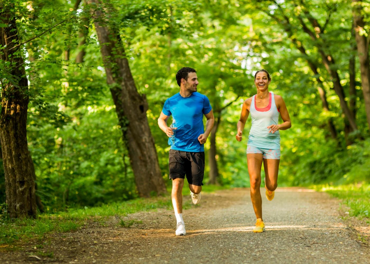 Casal a correr no parque
