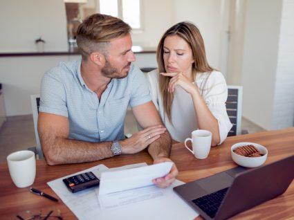 Situação financeira instável e saúde mental: casal a rever orçamento familiar