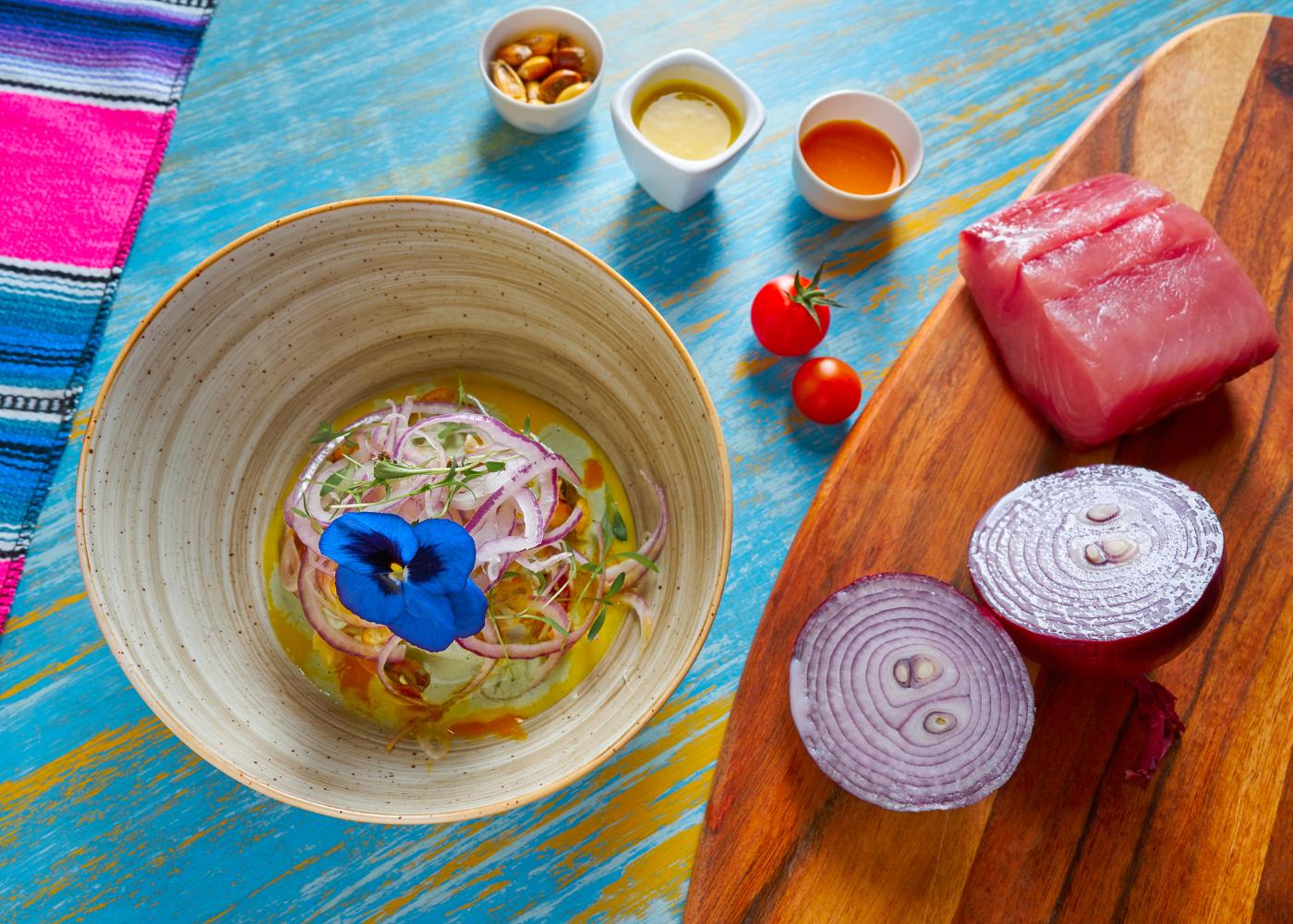ceviche de atum decorada com flor