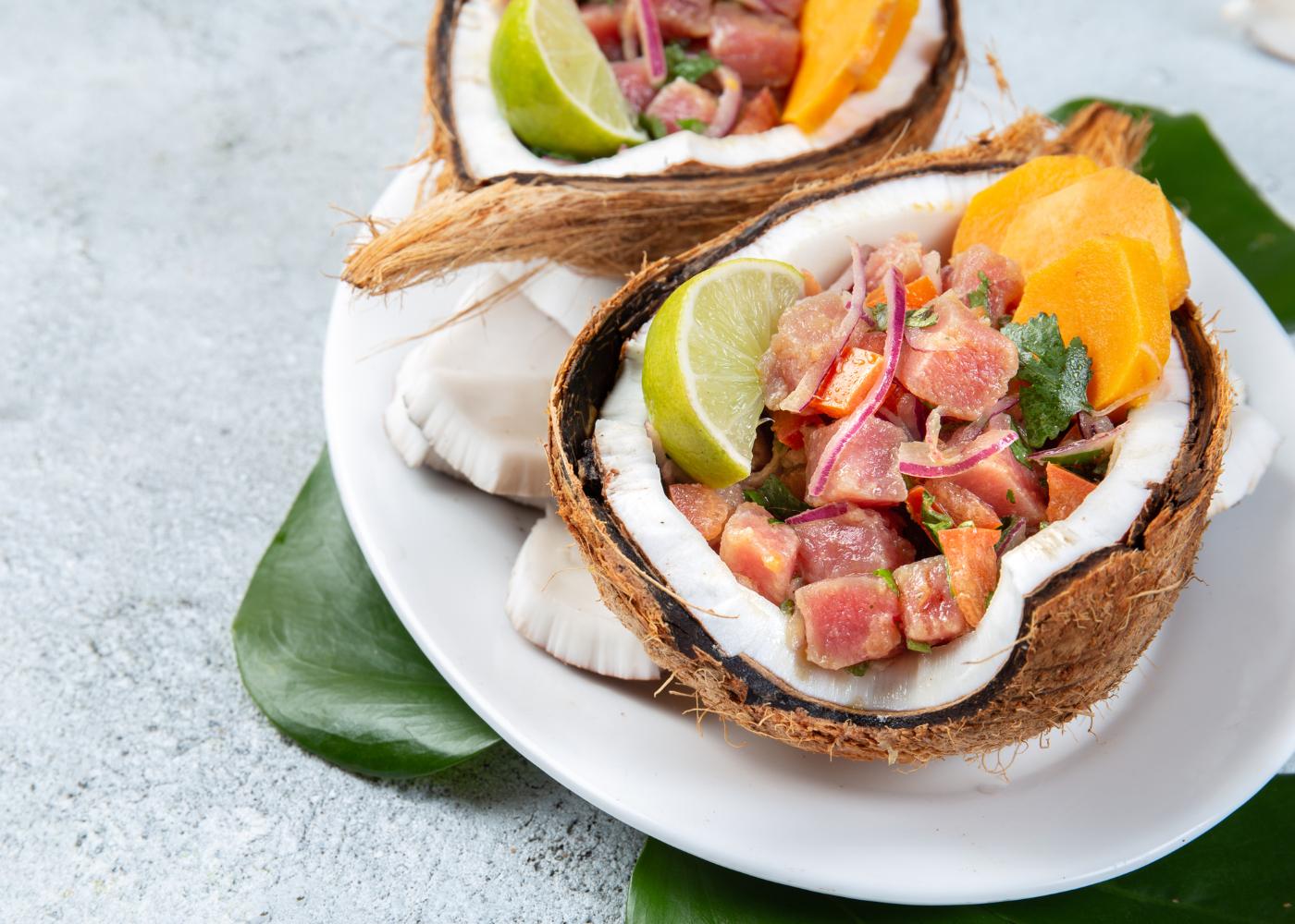 cocos com ceviche de atum e batata-doce com espumante