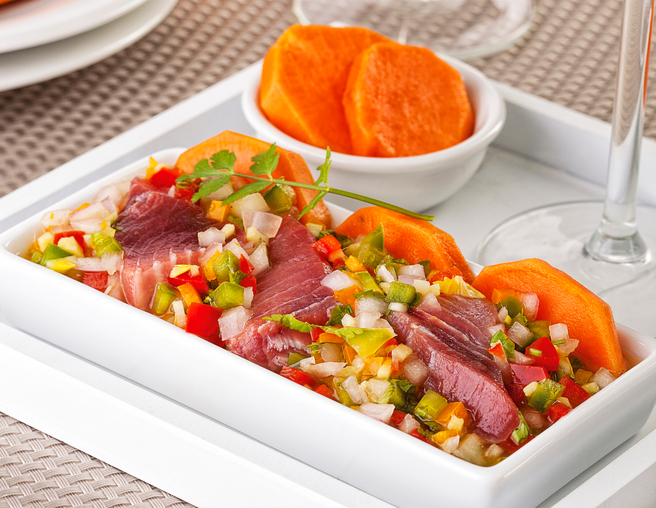 ceviche de salmão com atum acompanhado com cenoura
