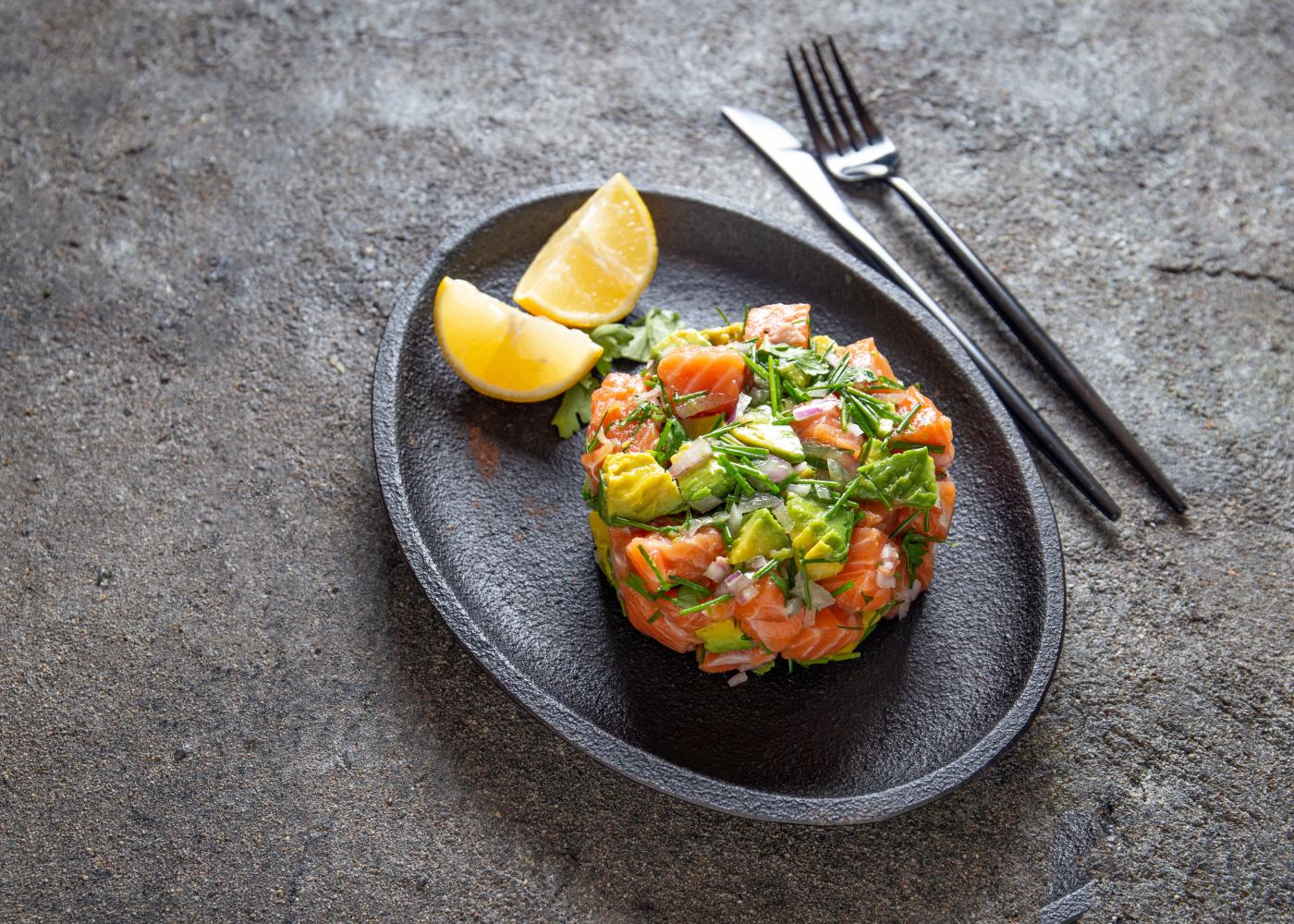 ceviche de salmão com frutas e limão