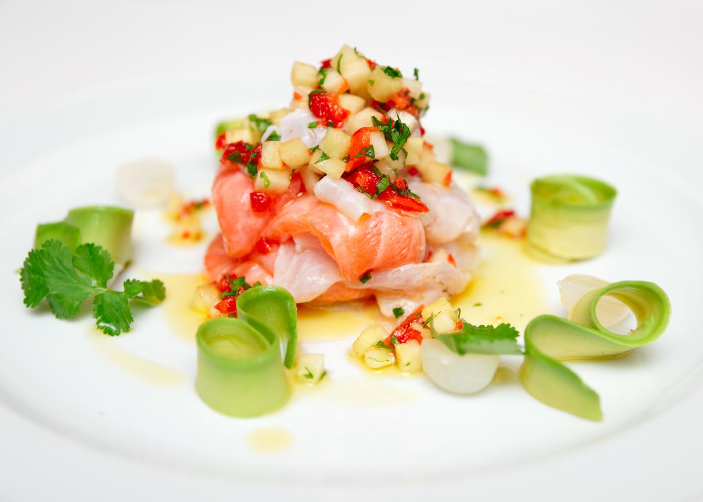 ceviche de salmão em fundo branco