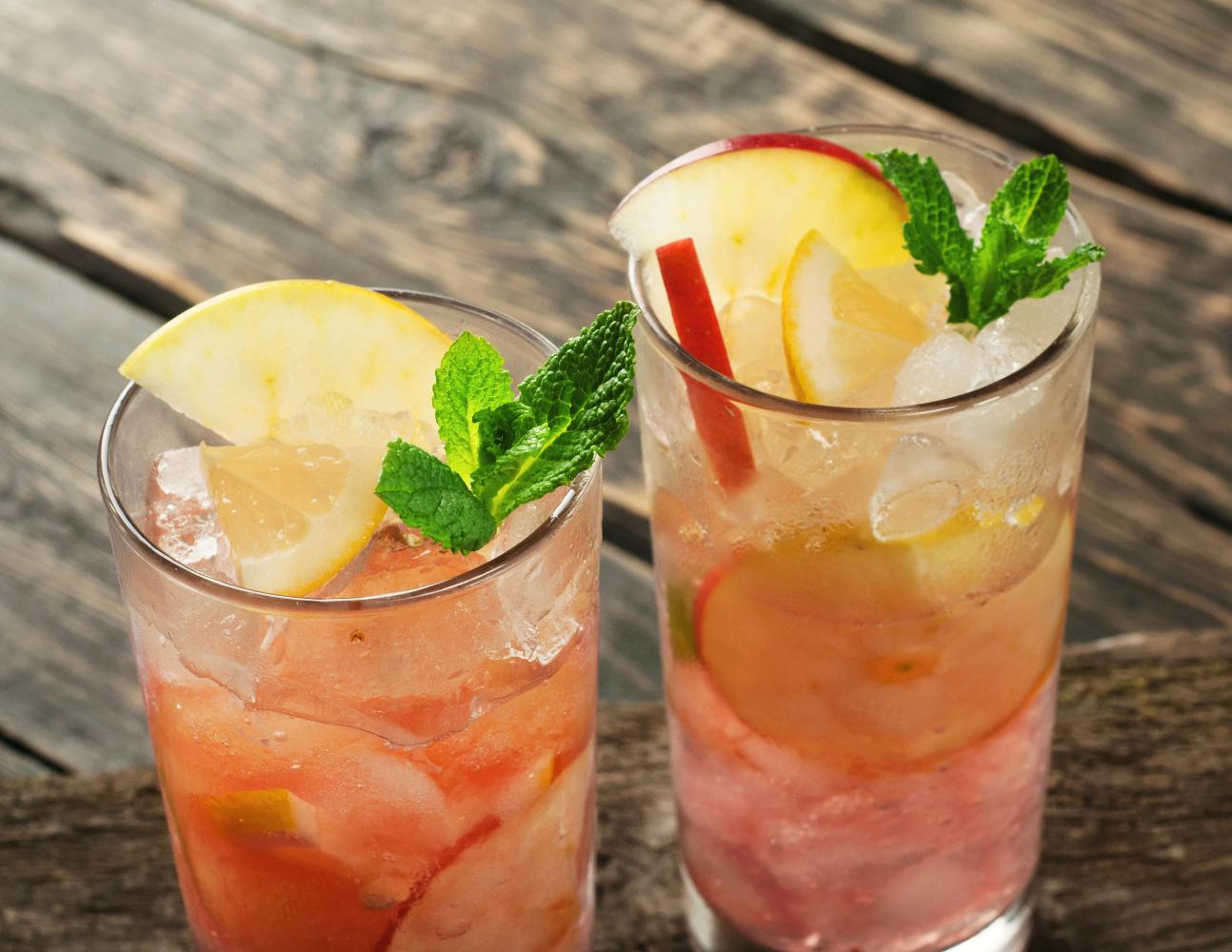 dois cocktails de maçã e hortelã