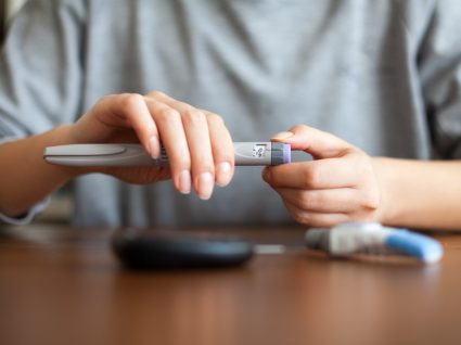 COVID-19 e diabetes: mulher com caneta de insulina