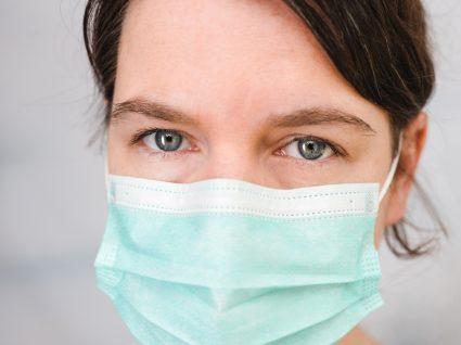 COVID-19 na perspetiva da ciência: médica com máscara