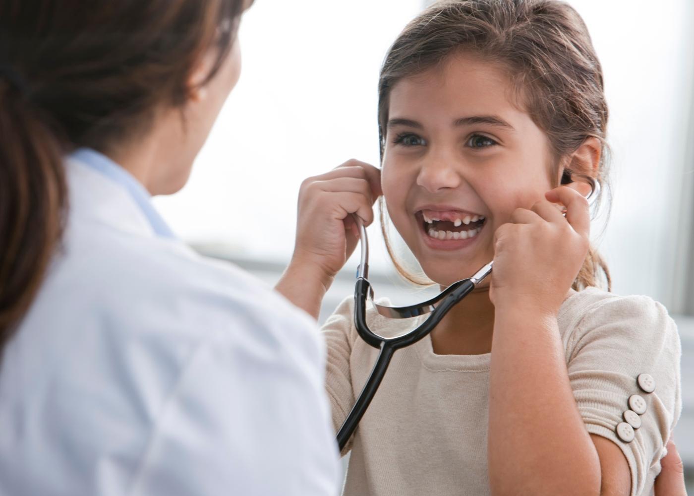 Menina numa consulta médica