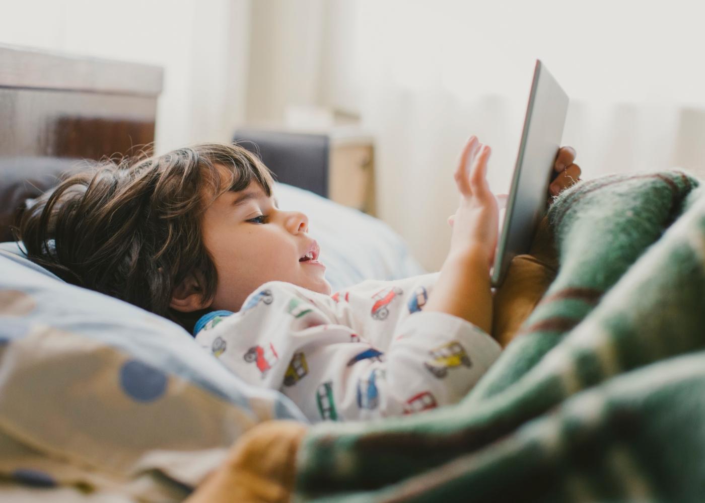 Criança a jogar no tablet