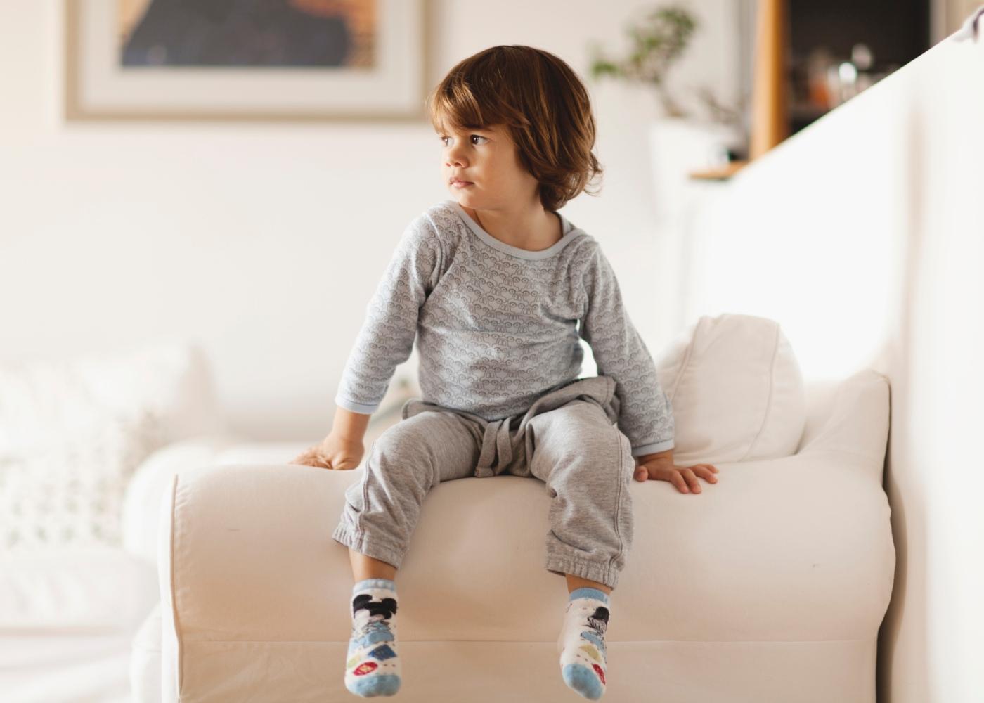 Criança de pijama em casa