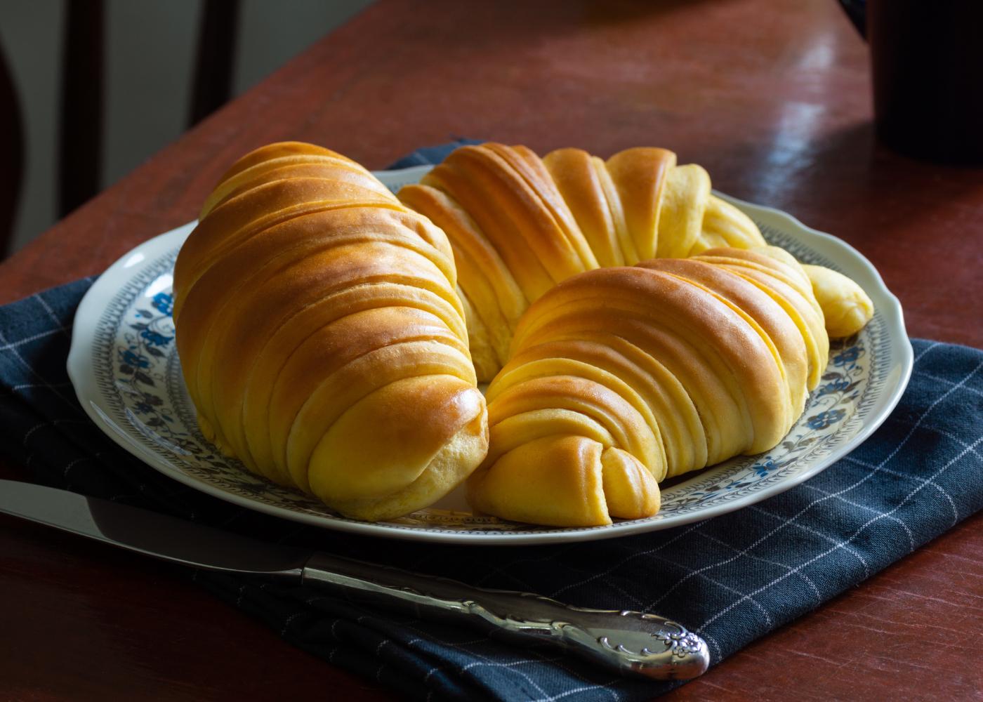 três croissants de massa brioche