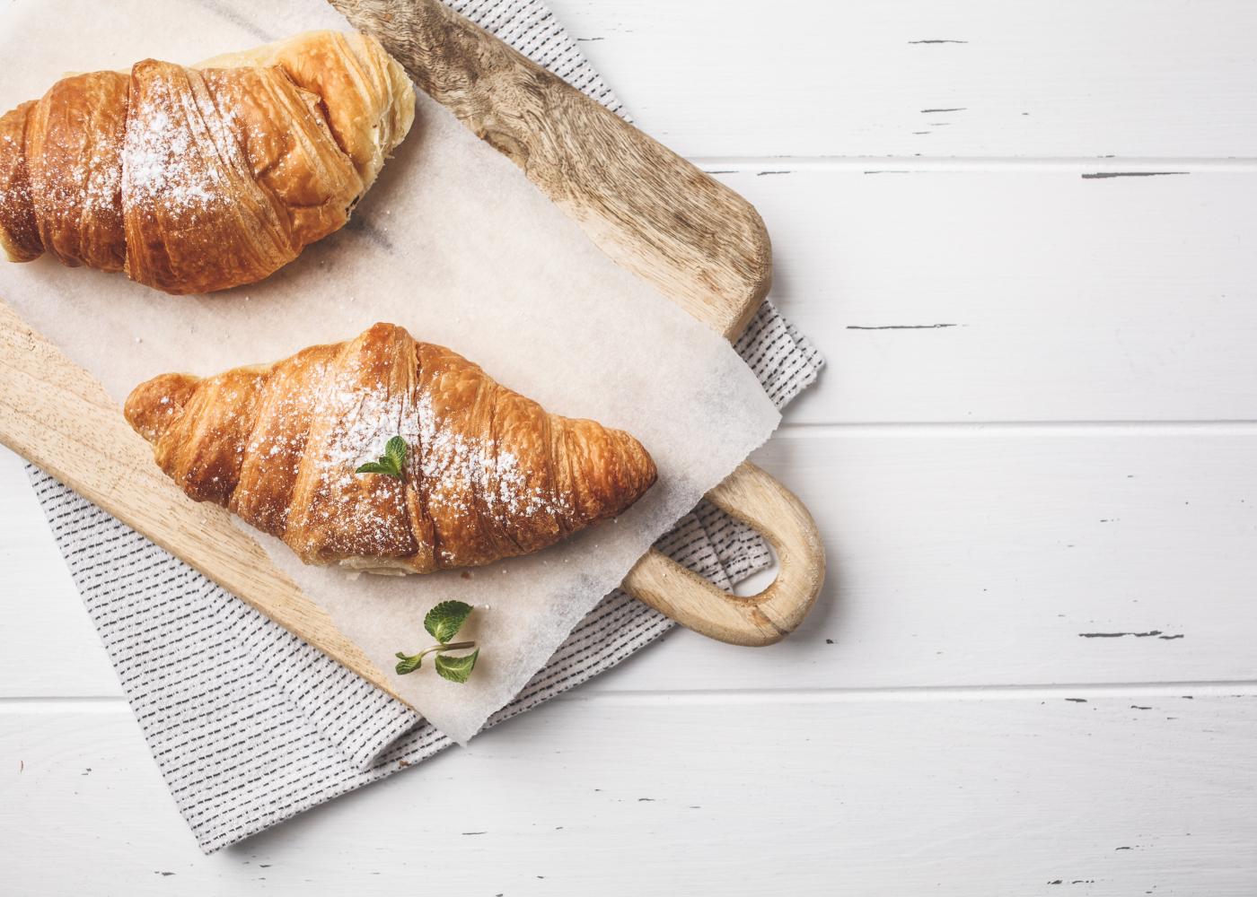croissant com creme em tábua de madeira