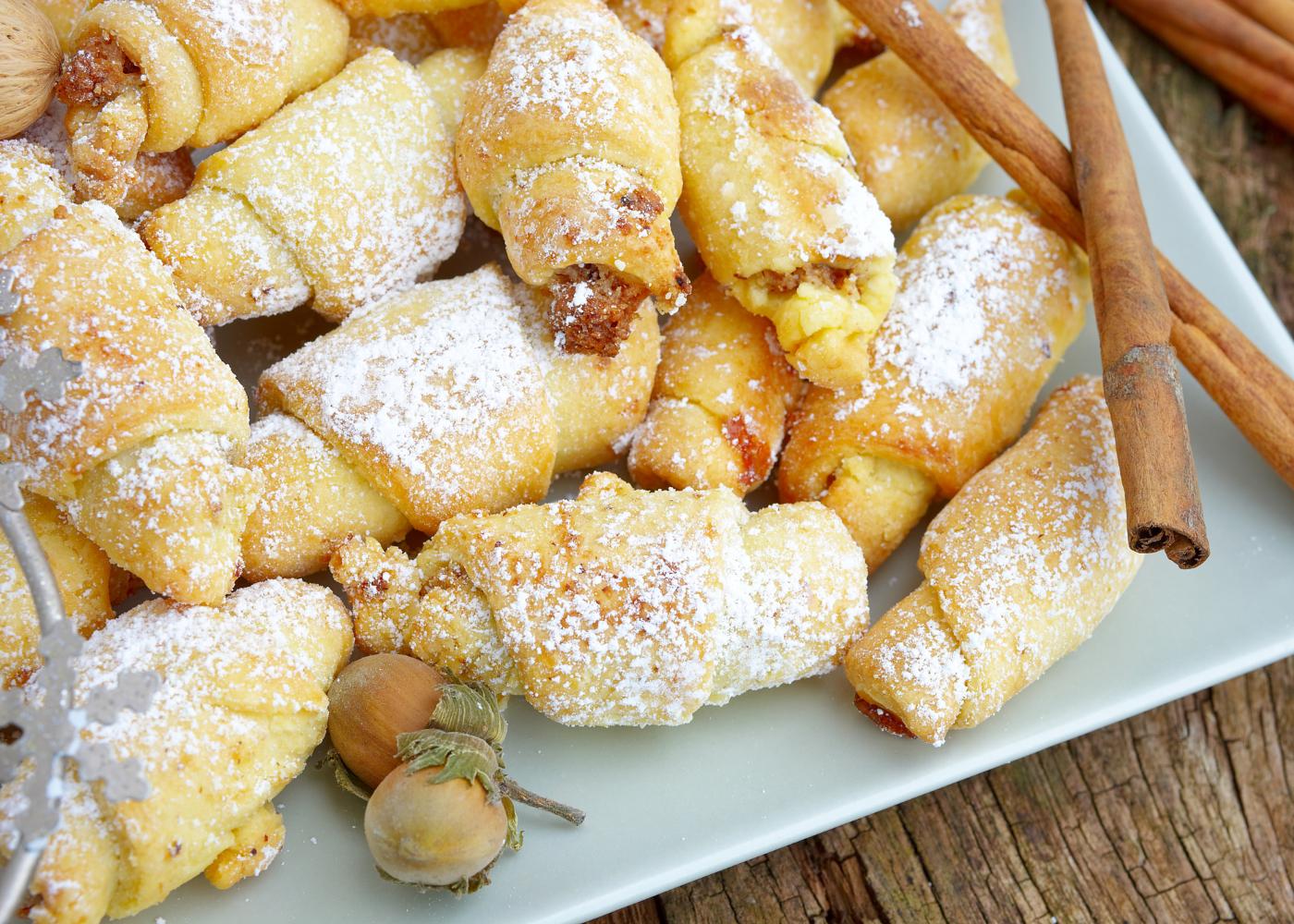croissantes de maçã e canela com açúcar em pó