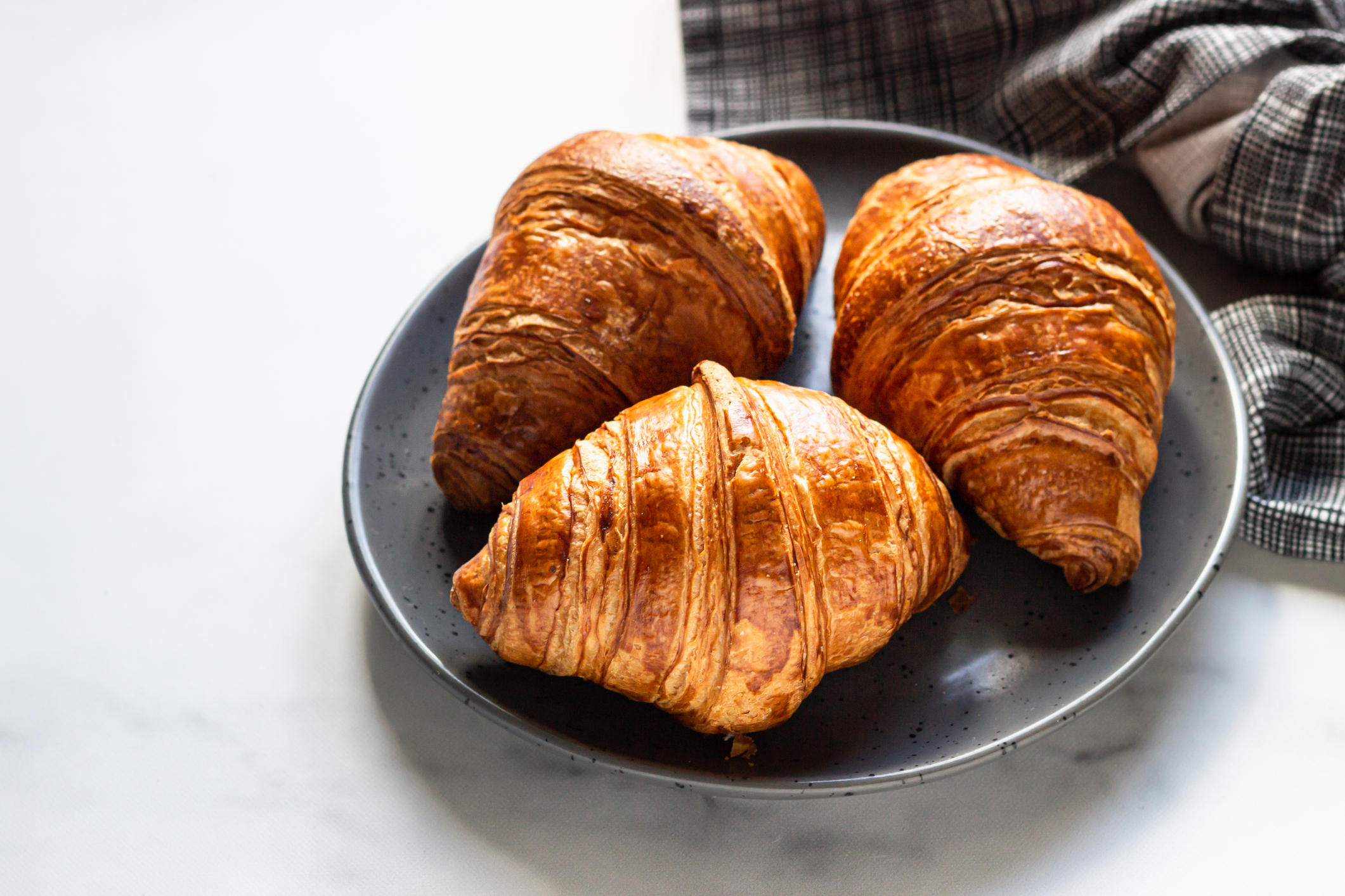 croissants de massa folhada num prato de barro cinza