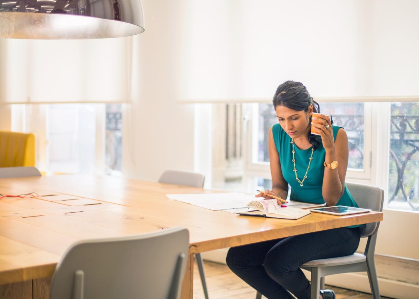 Procrastinação: mulher a definir tarefas prioritárias na sua agenda