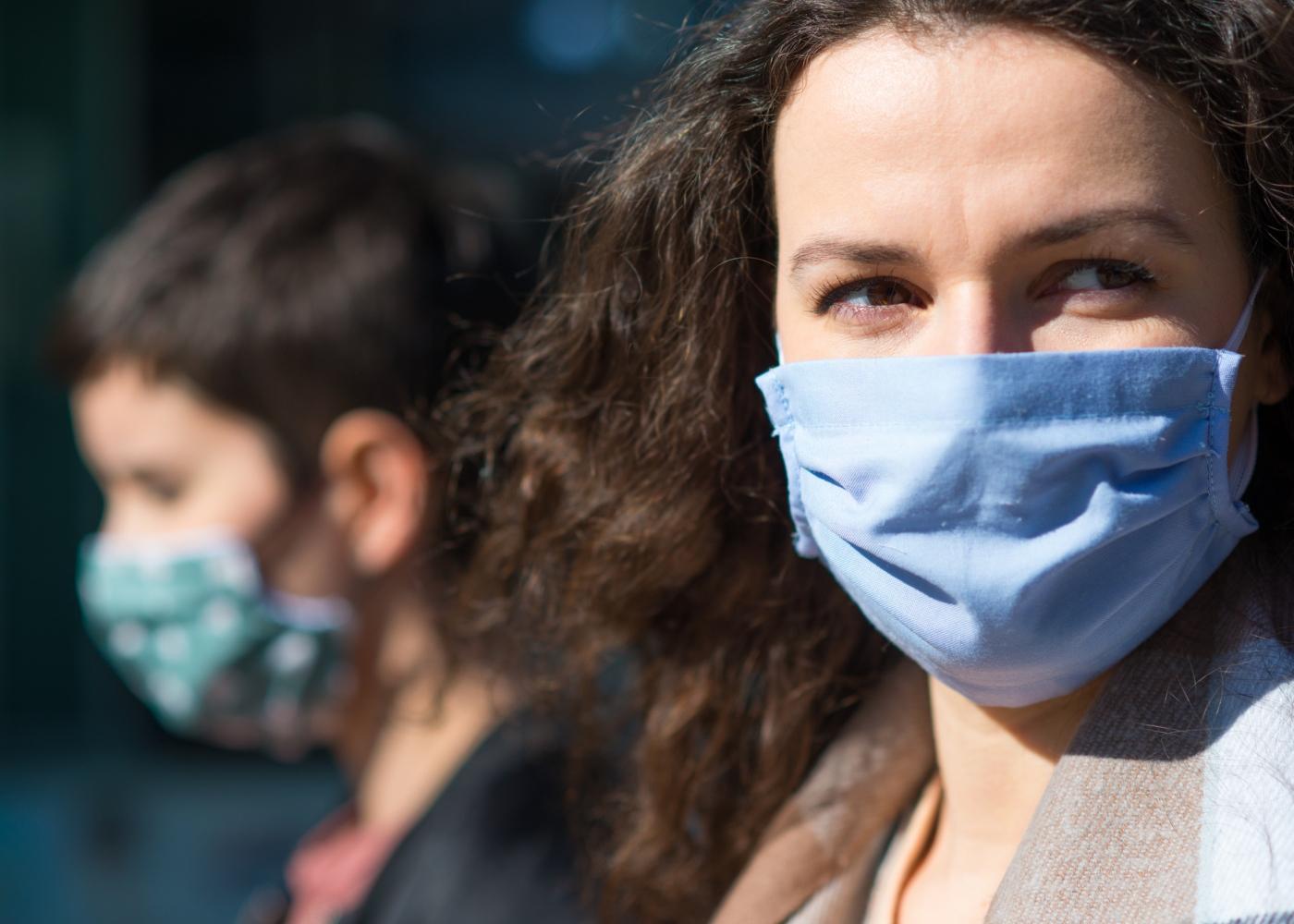 Mãe e filho a usar máscara na via pública