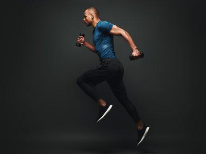 Saúde óssea: homem de porte atlético a correr