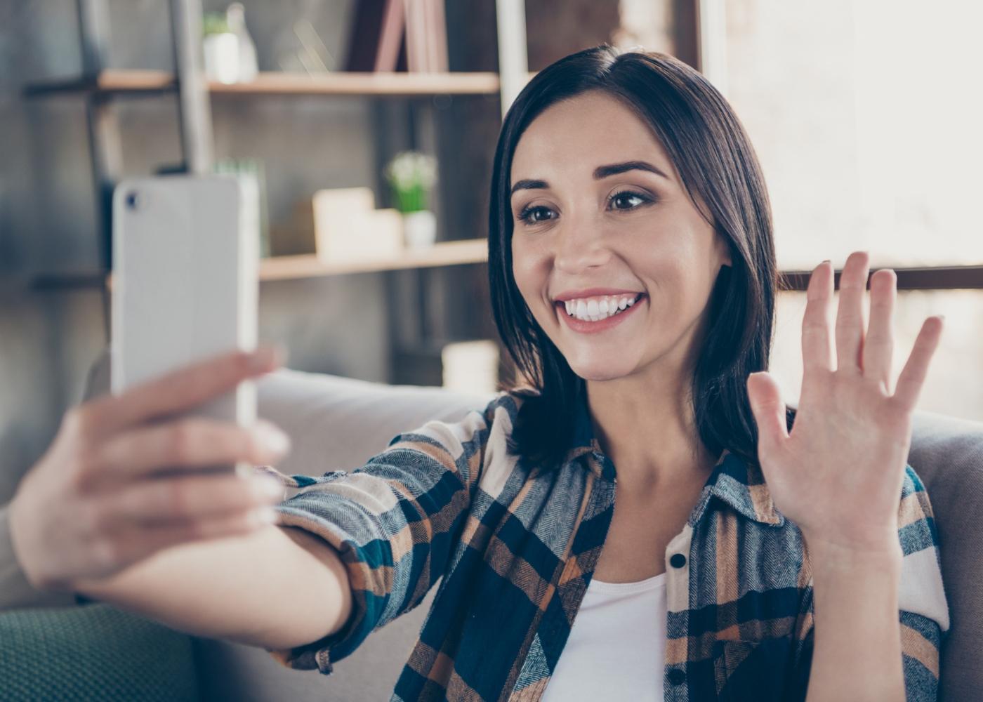 Comportamento socialmente responsável: mulher a ligar a amigo