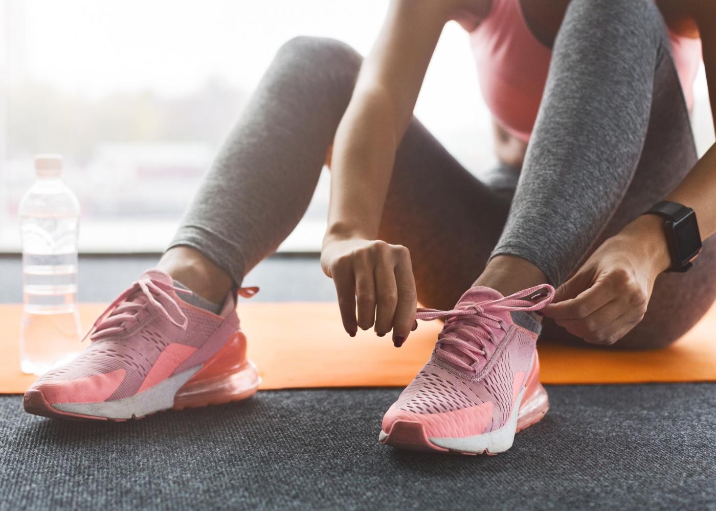 Gestão do stress e a importância do exercício físico: mulher a preparar-se para uma caminhada