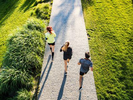 Três pessoas a treinar fora de casa