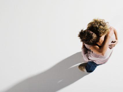 Importância dos afetos: mãe e filho a abraçarem-se