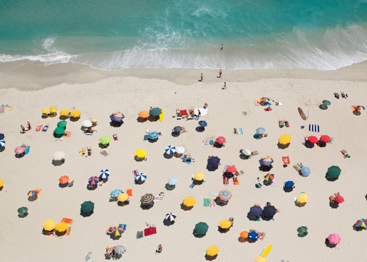Pessoas na praia durante o verão
