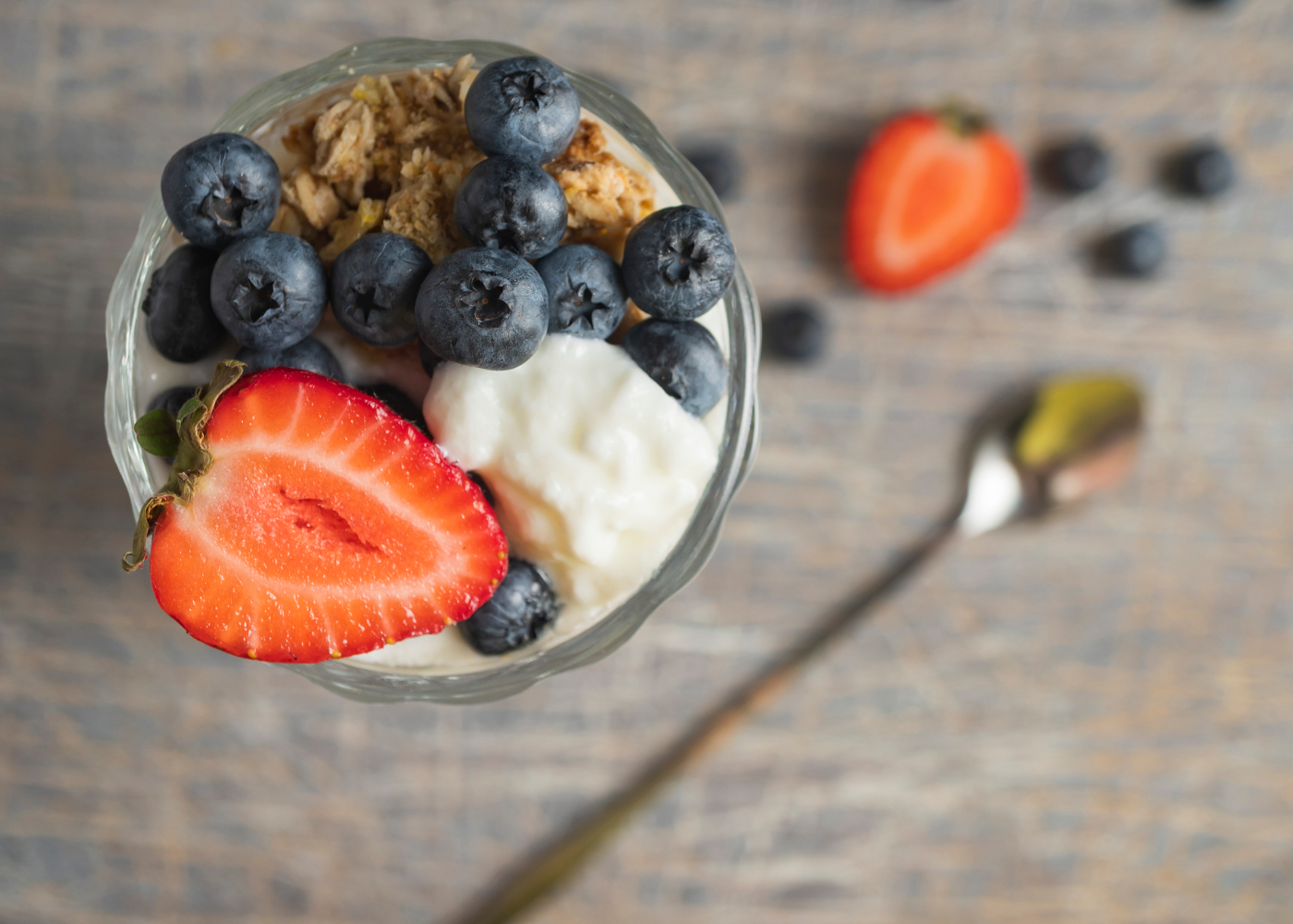 mousse de iogurte com mirtilos e morangos