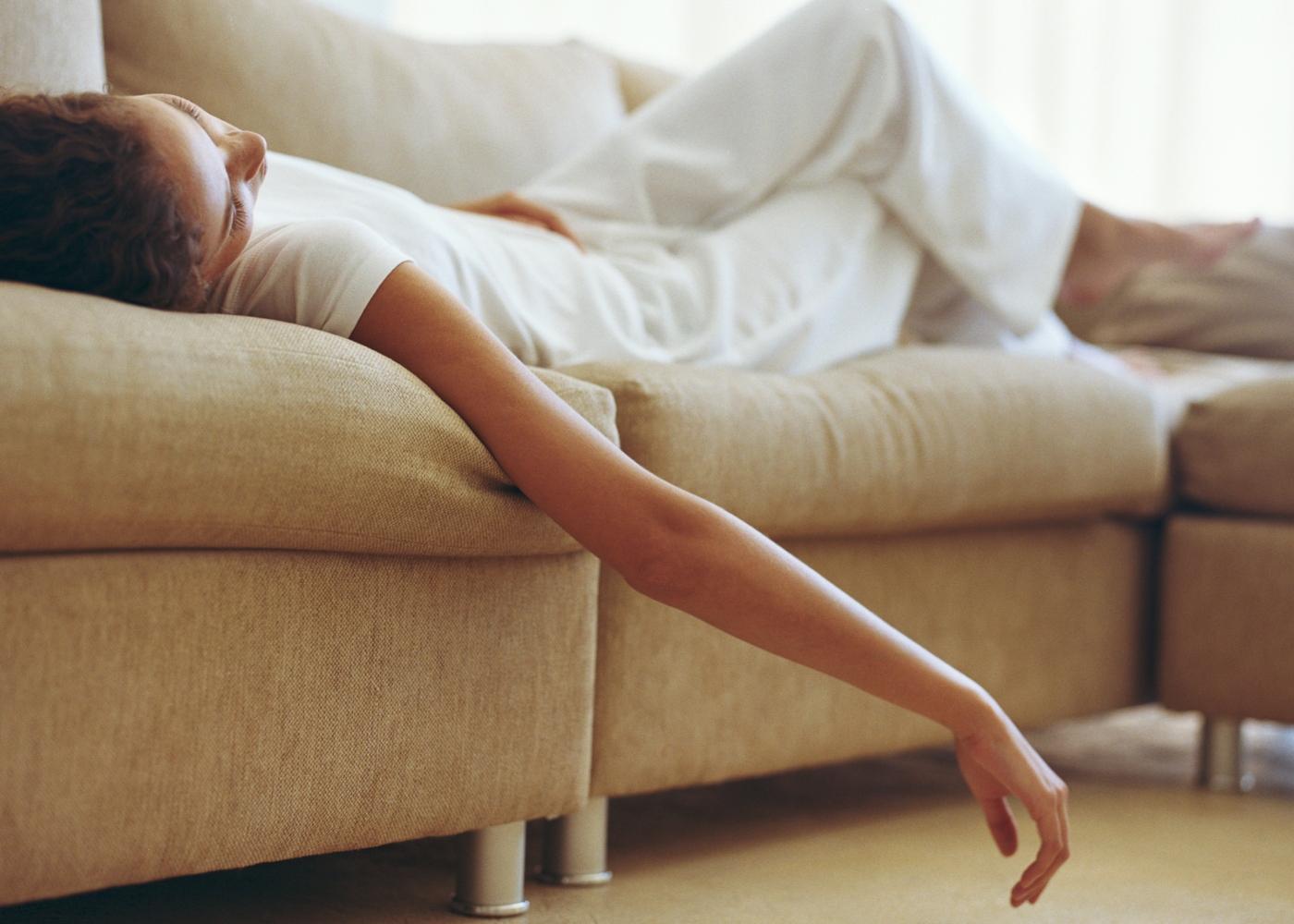 Pensamentos negativos: mulher deitada no sofá
