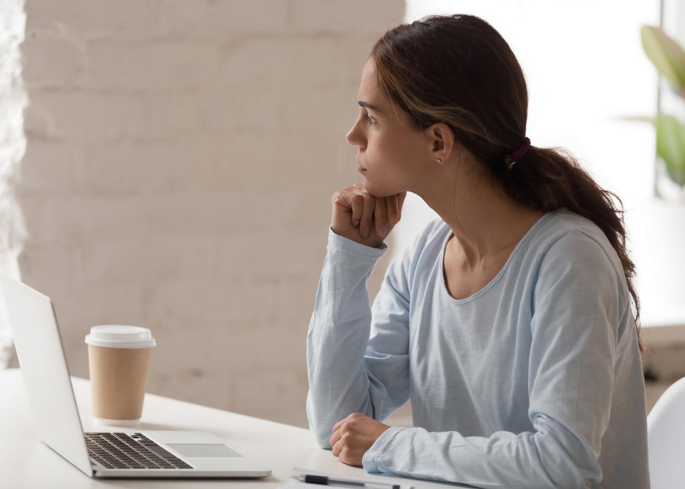 Procrastinação: mulher distraída do trabalho