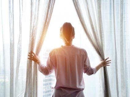Mulher com medo de sair de casa devido à pandemia