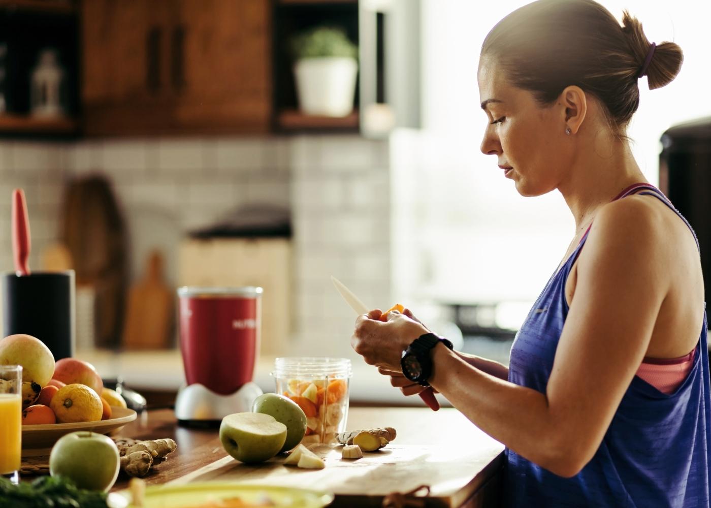 Ortorexia nervosa: mulher a preparar almoço saudável