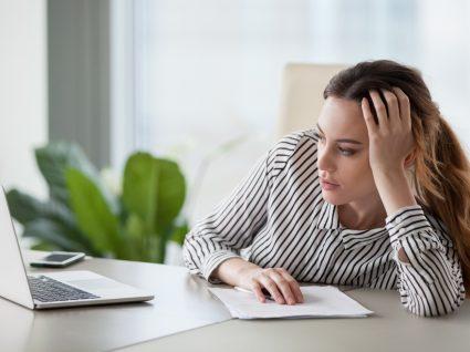 Mulher numa atitude de procrastinação